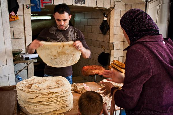 Piekarz sprzedaje muzułmańskiej kobiecie ormiański chleb