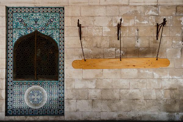 Deska na murze katedry św. Jakuba w Jerozolimie