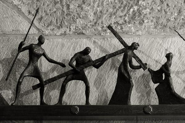 Szymon z Cyreny pomaga nieść Krzyż Jezusowi - rzeźba