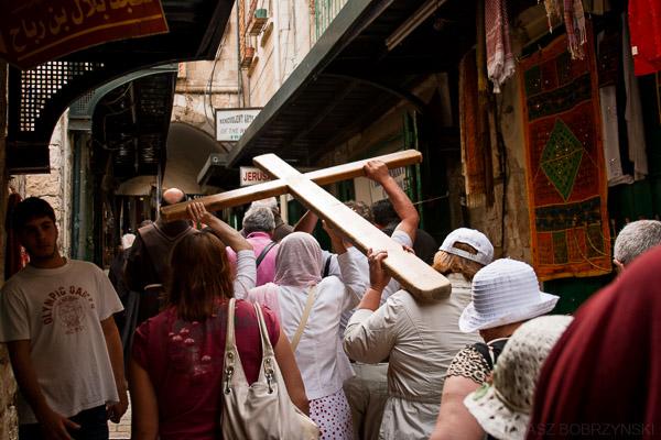 Pielgrzymi niosący krzyż na drodze krzyżowej w Jerozolimie