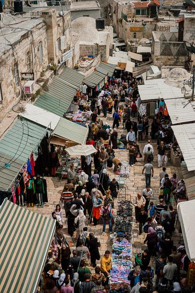 Ludzie na ulicy Bramy Damasceńskiej w Jerozolimie