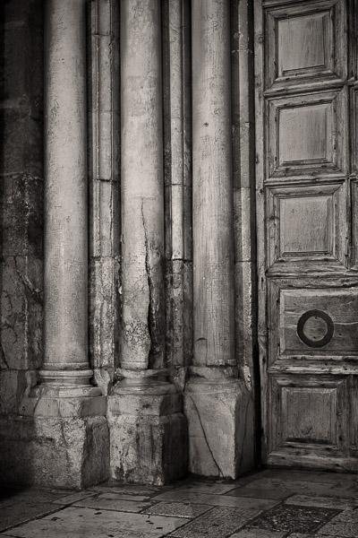 Popękane marmurowe kolumny przy wejściu do Bazyliki