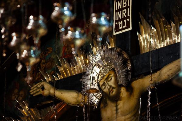 Jezus na krzyżu w kaplicy na Golgocie