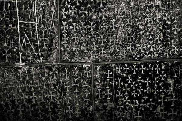 Krzyże wykute przez krzyżowców w Kaplicy Świętej Heleny