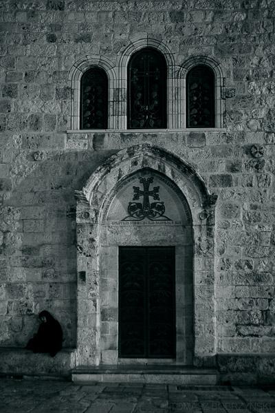 Prawosławna zakonnica modląca się przed Golgotą