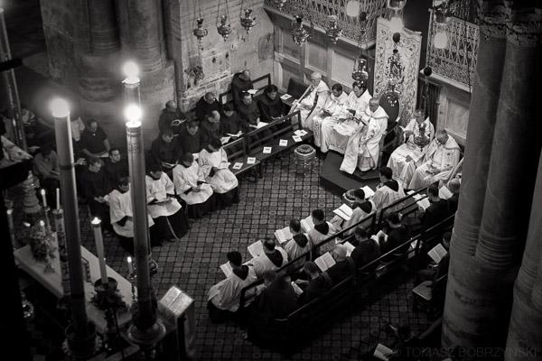 Franciszkanie odprawiający mszę świętą w Bazylice Grobu Pańskiego
