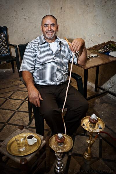 Palestyńczyk z fajką wodną w arabskiej kawiarni