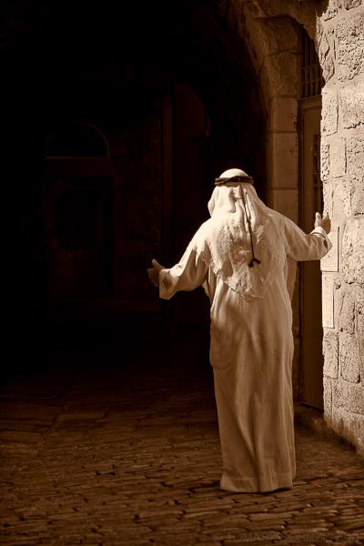 Palestyńczyk w tradycyjmym arabskim białym stroju