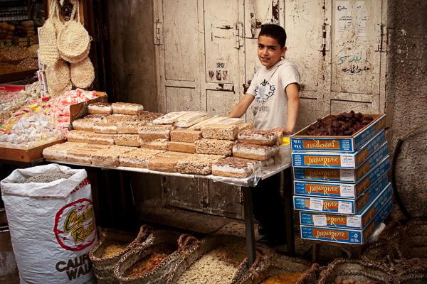 Palestyński chłopiec sprzedający ciasta sezamowe i słodycze na targu