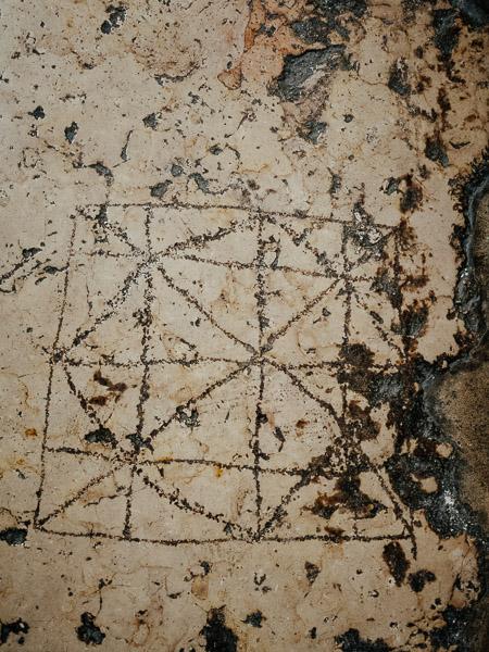 Rzymska gra wyryta przez żołnierzy na drodze w Jerozolimie