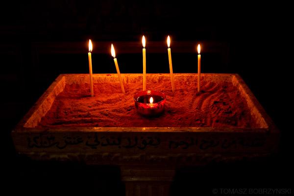 Prawosławne świece i lampka oliwna w cerkwi