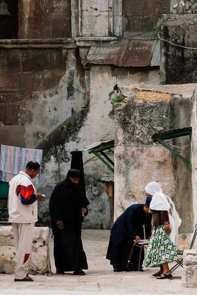 Etiopscy zakonnicy na dachu Kaplicy Świętej Heleny