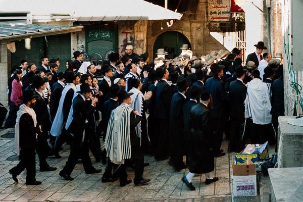 Chasydzi (ultraortodoksyjni Żydzi) podczas święta w Jerozolimie